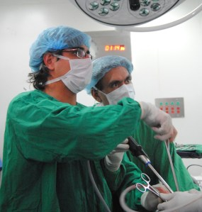 Dr. Gonzalez-Rivas and Dr. Ricardo Buitrago performing single port thoracoscopy at the National Cancer Institute