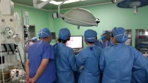Dr. Gonzalez Rivas demonstrates the single port technique during a live surgery presentation