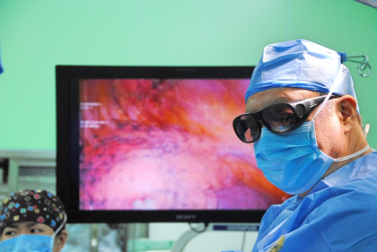 Dr. Jiang Gening (Shanghai Pulmonary Hospital) performs dual port thoracoscopy using a 3D monitor